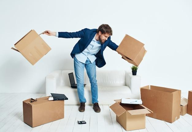 Business-mann-boxen mit sachen, die an einen neuen arbeitsplatz ziehen, auspacken
