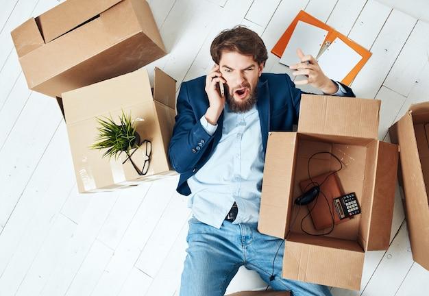 Business-mann-büro, das dinge packt, die einen neuen job professionell bewegen