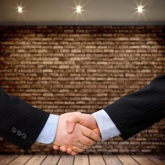 Business-mann-händedruck mit modernem innenhintergrund