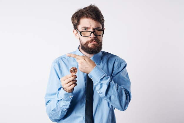 Business-mann-hemden mit krawatte kryptowährungstechnologie-finanzierung