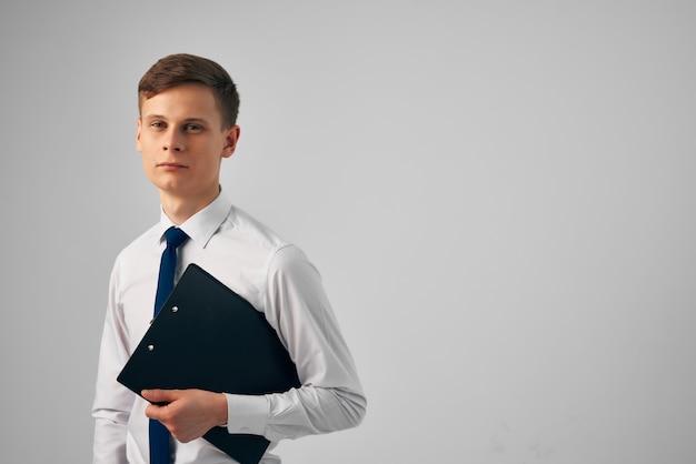 Business-mann-hemden mit krawattenpapier bürostudio