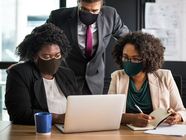 Business new normal, leute, die masken im büro tragen