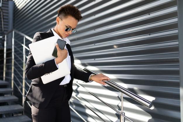 Business on the go, konzept einer jungen, erfolgreichen geschäftsfrau, professionell in der unternehmensführung