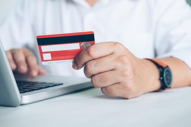 Business online-shopping-konzept. leute einkaufen und bezahlen mit credement-karte