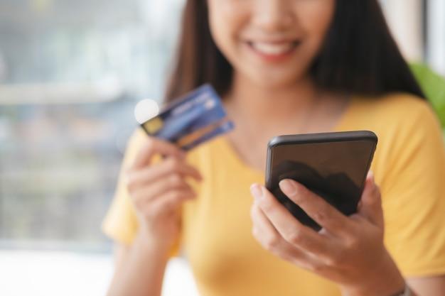 Business online-shopping und online-banking. kunden, die online einkaufen, zahlen mit kreditkarte.