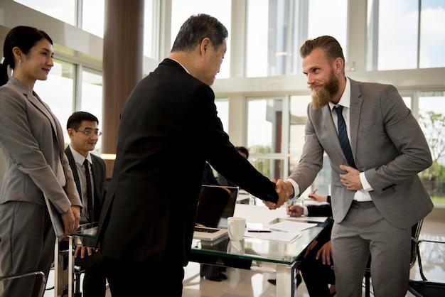 Business partners einführungs-handshake-bogen