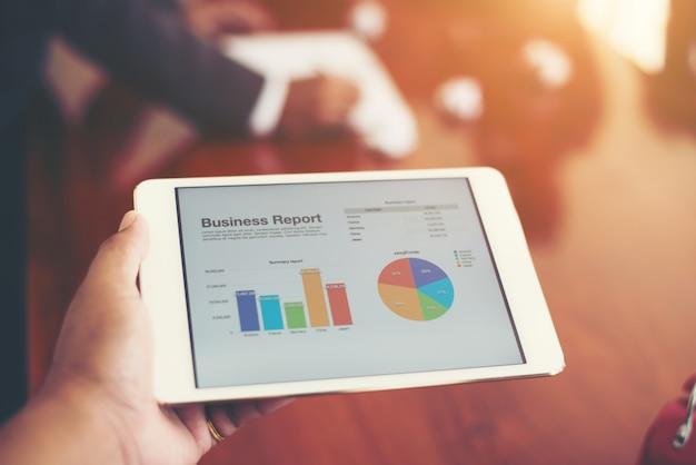 Business person hand finanzstatistik festhalten t angezeigt