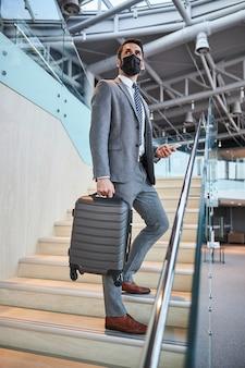 Business-profi hält mitten auf der treppe an