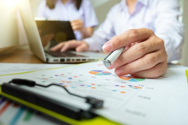 Business-projekt-teamwork-plan neues start-up-projekt, finanzmanager-meeting, digital-tablet-docking-bildschirm-computer-design-smartphone mit, im morgenlicht.