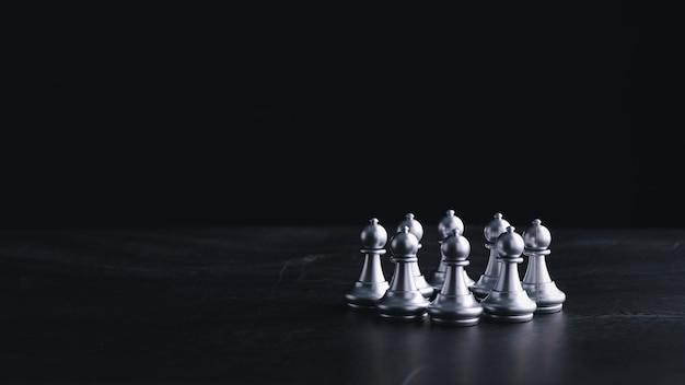 Business-schachbrettspiel mit geschäftsstrategie und -taktik auf retro-holztisch