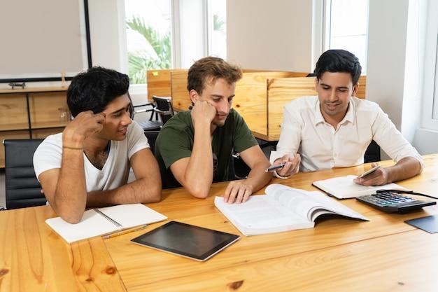 Business-school-studenten, die am projekt zusammenarbeiten