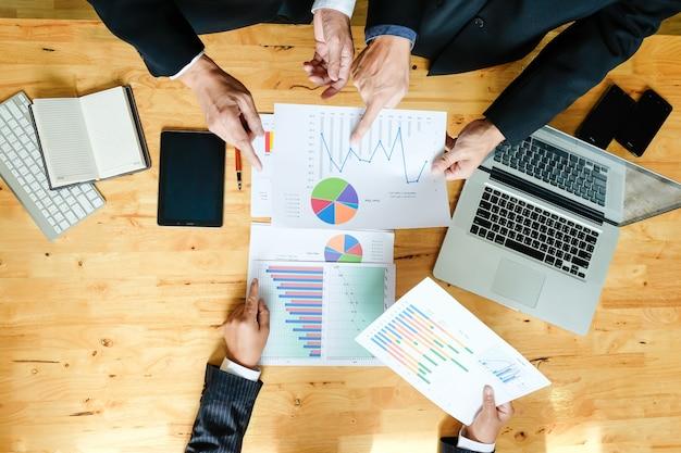Business-team arbeitet an einem neuen business-plan mit modernen digitalen computer. draufsicht