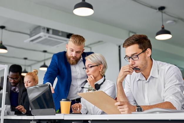 Business team coworking brainstorming im büro