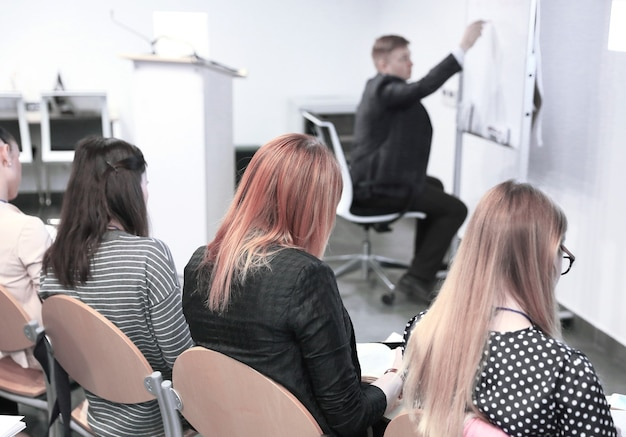 Business-team diskutiert neue ideen im konferenzraum