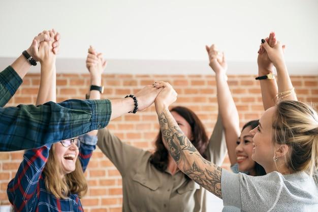 Business-team hebt die hände, um zu feiern