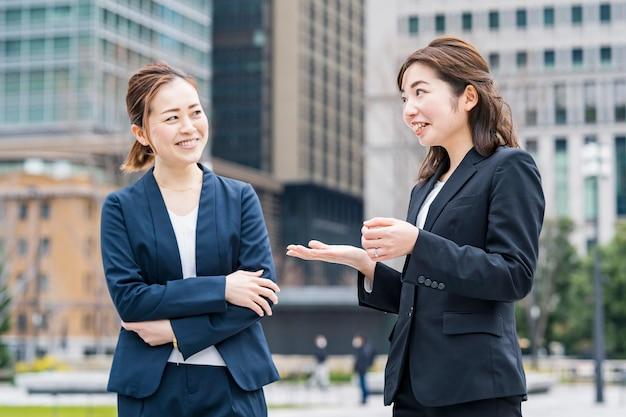 Business-team im chat in einer entspannten atmosphäre im freien