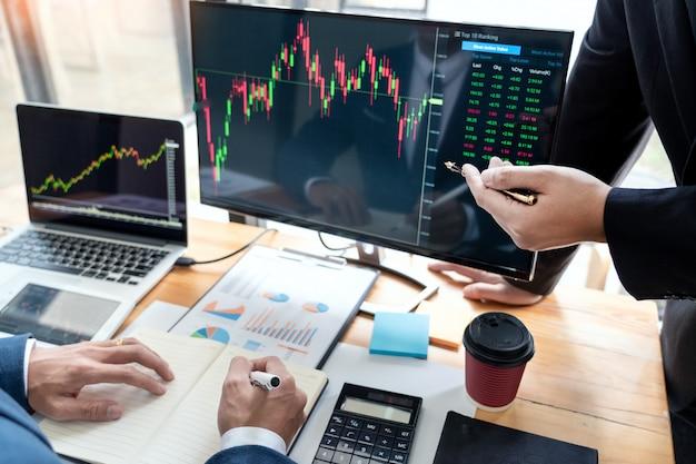 Business team investment entrepreneur trading diskutiert und analysiert daten der börsendiagramme und zeigt das verhandlungs- und forschungsbudget