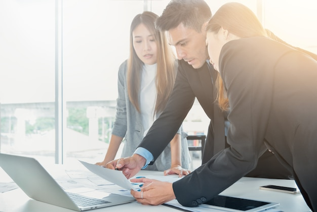 Business-team-konzept, geschäftsleute brainstorming oder diskussion über das dokument bericht aus
