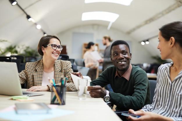 Business team lächelt beim treffen