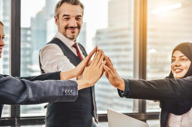 Business-team legte ihre hände in einer gruppe zusammen