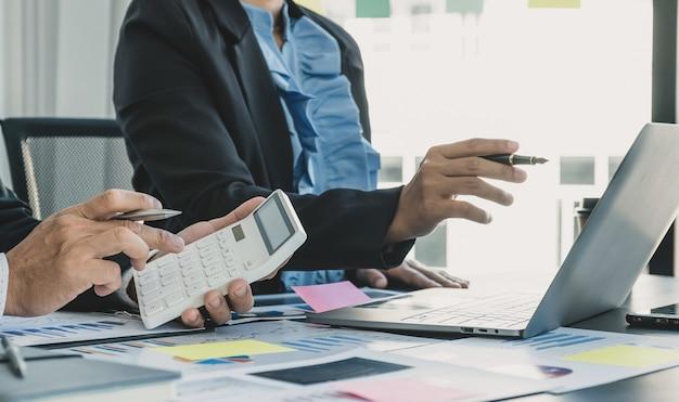 Business-team-meeting, um strategien zu planen, um die analyse und diskussion von finanzdiagrammen zu verbessern