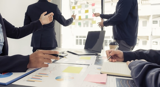 Business-team-meeting zur planung von strategien geschäftseinkommen haben ein brainstorming-finanzdiagrammanalyse