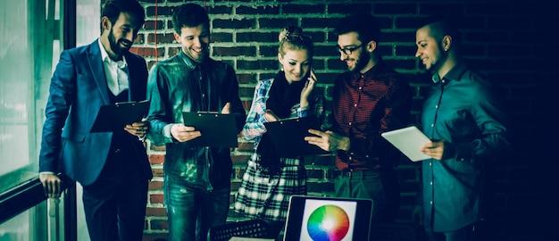 Business-team mit dokumenten, die vorbereitet werden, um das neue a . zu diskutieren