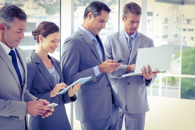 Business-team mit ihren mediengeräten
