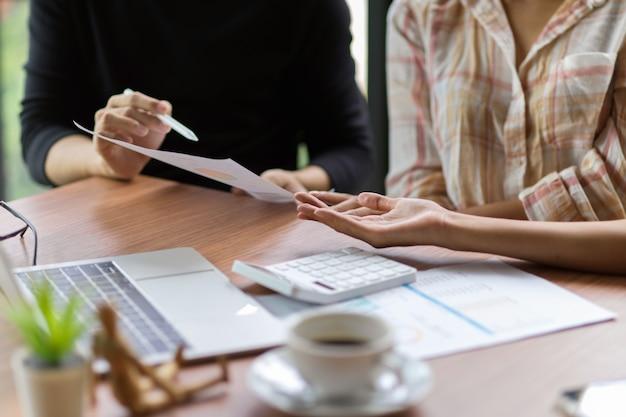 Business-team-mitarbeiter beraten und diskutieren im besprechungsraum mit laptop