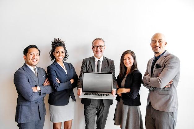 Business-team präsentiert laptop-produkt