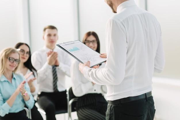 Business-team stellt fragen zum briefing im büro. geschäftstreffen