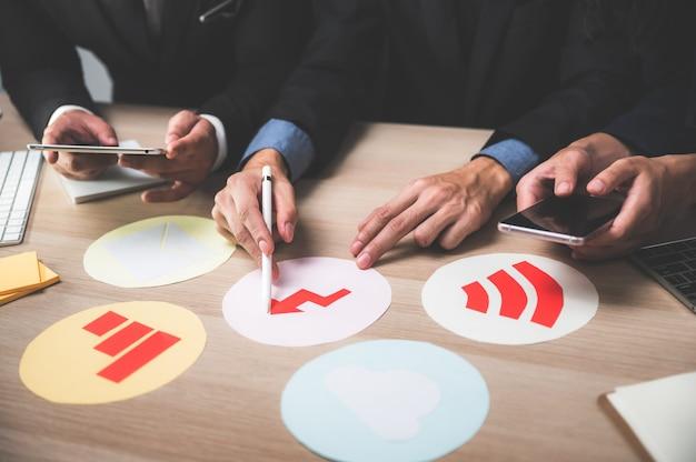 Business-teamwork-konzept. brainstorming für marketingstrategien. papierkram und digital im offenen raum.