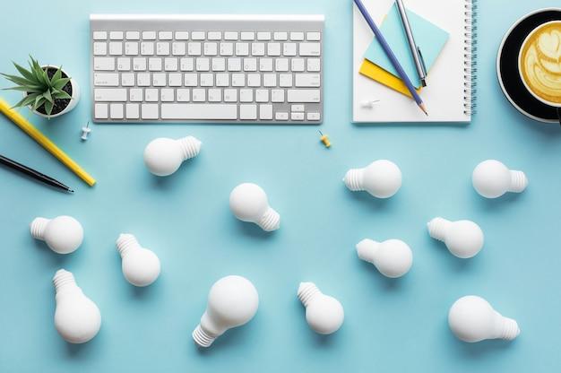 Business-teamwork-konzepte mit einer gruppe von glühbirnen auf arbeitstisch. inspiration und motivation. brainstorming und ideenaustausch. leistung des menschen, über den tellerrand hinaus denken