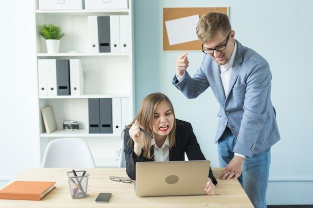 Business-, teamwork- und people-konzept - porträt eines seriösen mannes und einer attraktiven frau, die bei arbeiten