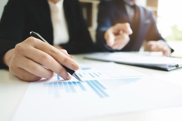 Business - treffen im amt, zwei senior manager diskutieren eine dokumente, selektiven fokus
