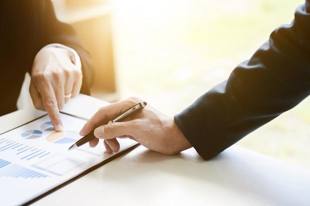 Business - treffen im büro, diskutieren drei führungskräfte eine dokumente