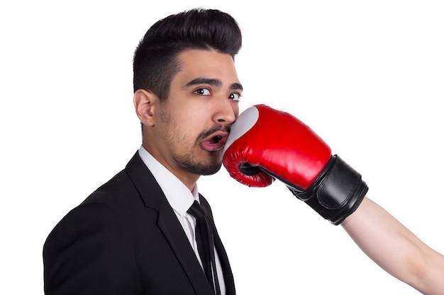 Business und box, von person in boxhandschuhen getroffen