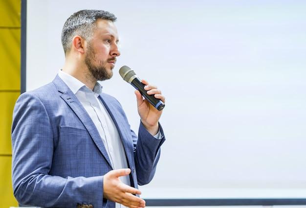 Business- und entrepreneurship-event. sprecher, der einen vortrag über firmenkonferenz hält