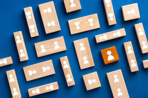 Business- und hr-symbol auf buntem puzzle