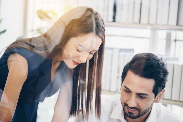 Business- und office-konzept-business-team mit flip-board im büro diskutieren