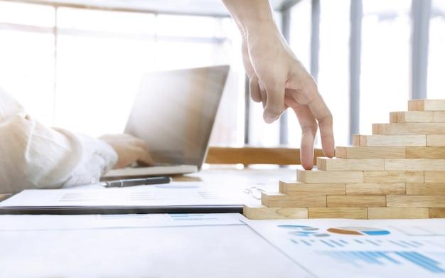 Business-wachstum-konzept, mann mitarbeiter arbeiten hart