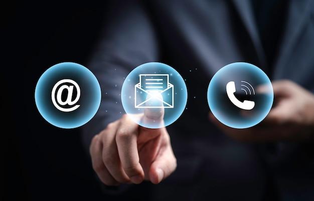 Business-website-kontakt, geschäftsmann, der kontakt mit uns auf symbolen für den kundenservice berührt, umfassen telefon, adresse und e-mail und nachricht per 3d-rendering.