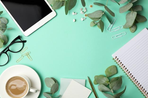 Business-zubehör auf minze. blogger-konzept