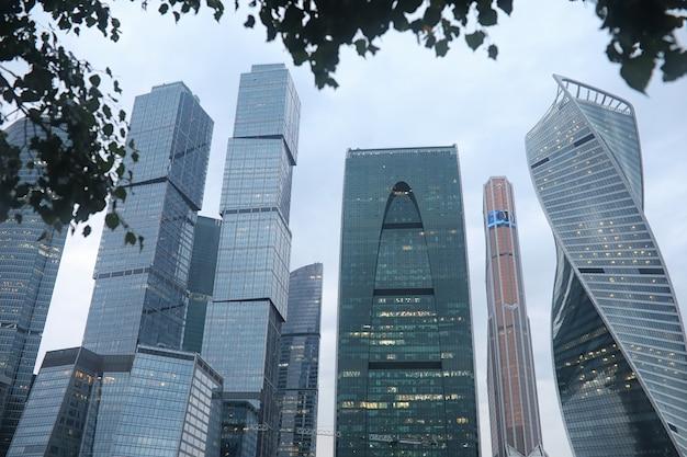 Businesscenter in einer großstadt mit hohen wolkenkratzern am abend