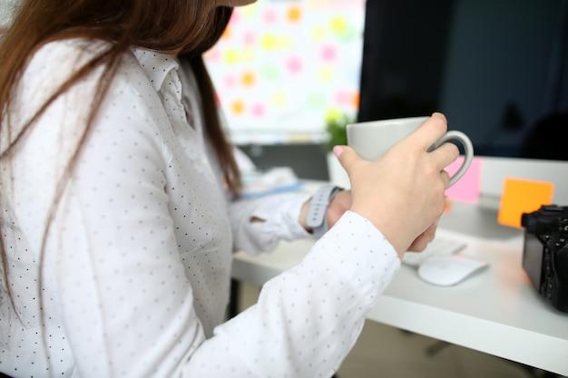 Businesslady mit kaffeepause