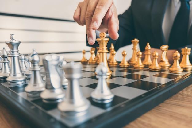 Businessman führung spielt schach und strategieplan über absturz denken stürzen die gegnerische mannschaft und entwicklung analysiert für eine erfolgreiches unternehmen
