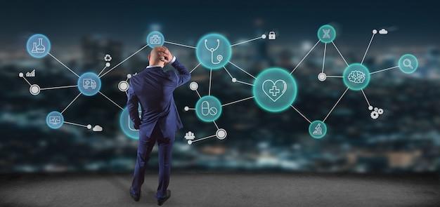 Businessmanin vor medizinischer ikone und verbindung