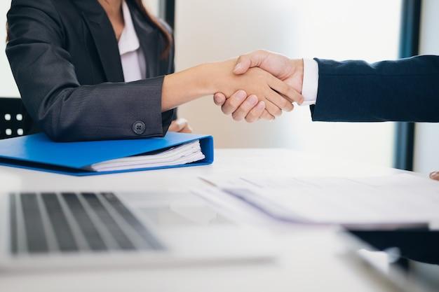 Businessmans handshake nach vielem.