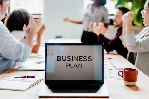 Businessplan auf einem laptop-bildschirm
