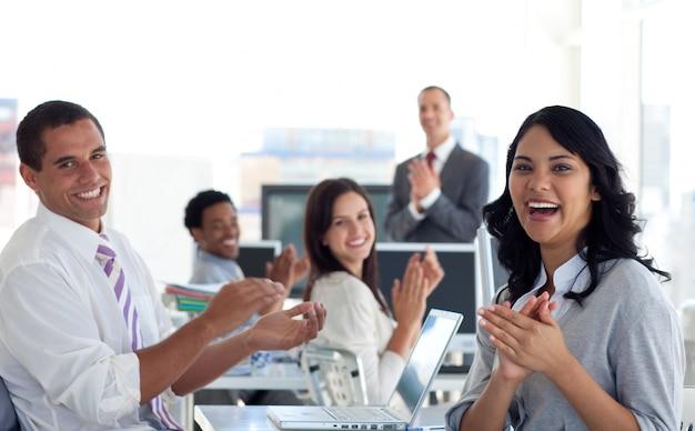 Businessteam applaudiert erfolgreiches projekt